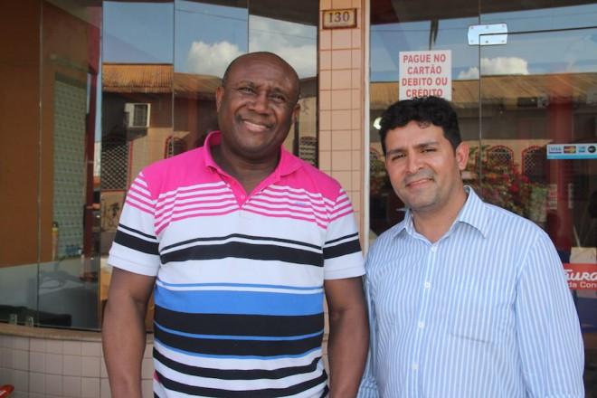 Cantor gospel, Irmão Lázaro (e) ao lado do prefeito de Epitaciolândia, André Hassem - Foto: Alexandre Lima