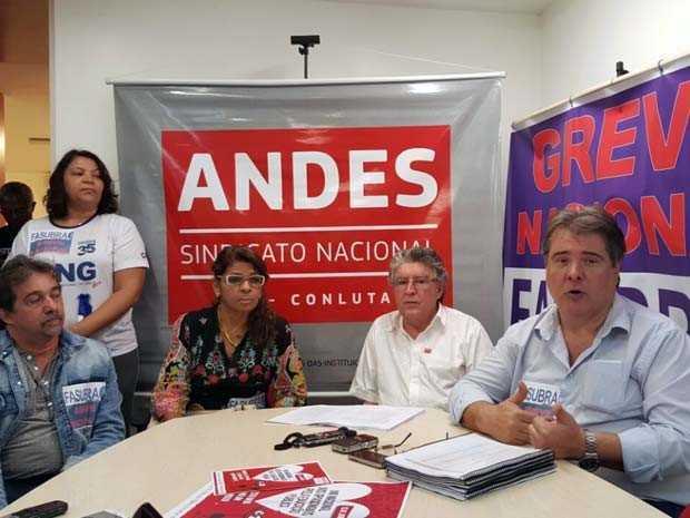 Representantes dos sindicatos dos professores e técnicos de universidades federais durante entrevista na manhã desta quinta-feira (11) em Brasília (Foto: Luciana Amaral/G1)