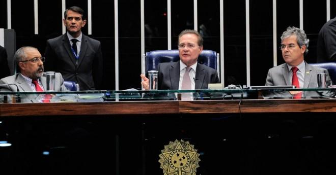 O presidente do Senado, Renan Calheiros, ladeado pelos senadores Paulo Paim (PT-RS) e Jorge Viana (PT-AC)