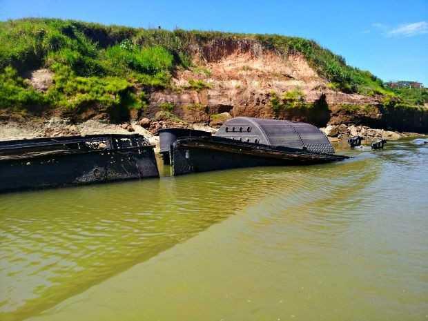Navio só pode ser visto durante vazante do Rio Muru, em Tarauacá (Foto: Silvia Ciacci)