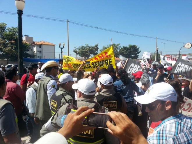 Professores em greve fecham Via Chico Mendes durante cavalgada/Foto: ContilNet