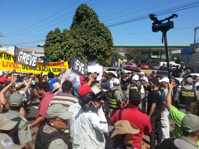 Professores em greve bloquearam a Via Chico Mendes por várias vezes durante a cavalgada/Foto: ContilNet