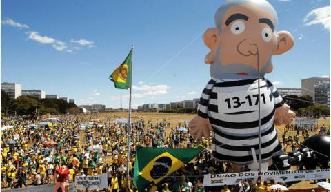 Lula caracterizado como presidiário em manifestação no Distrito Federal (Foto: Cristiano Mariz/Veja.com)