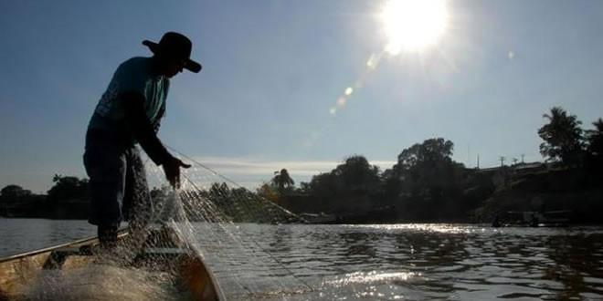 Pescador-artesanal-recolhendo-rede-no-Acre