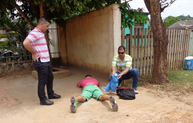 Momento da abordagem e localização da droga nos pertences de Diego.