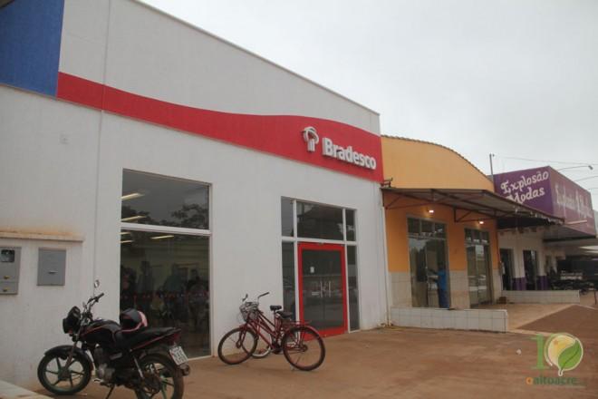 Bandidos usaram uma loja que está desativada ao lado da agência para tentar roubar - Foto: Alexandre Lima