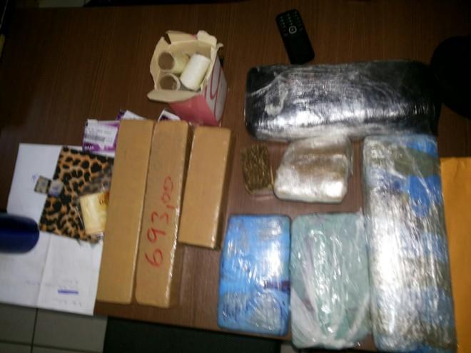 As 11 barras de maconha estavam em uma bolsa transportada por uma adolescente (Foto: Divulgação PC)