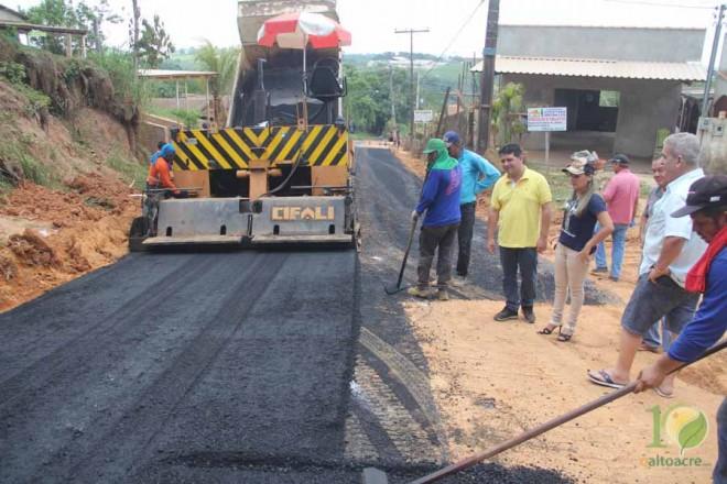 Rua Fontenele de Castro foi a primeira a receber o asfalto...