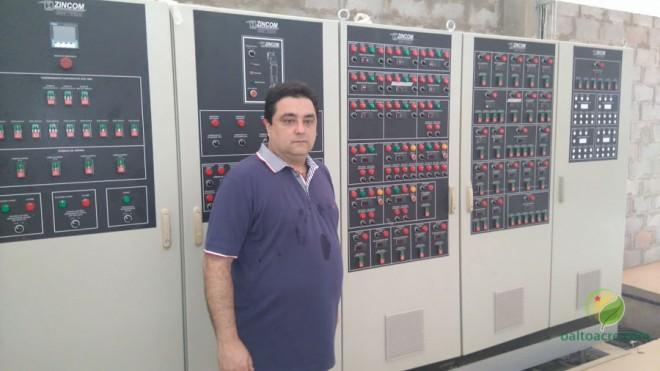 Paulo mostra a central de controle de última geração instalada na empresa...