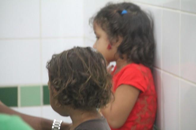 As crianças, de 2 e 4 anos, bateram as cabeças e sofreram pequenos cortes - Foto: Alexandre Lima