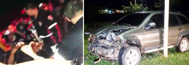 Motorista de um dos carros é socorrido pelos paramédicos/Foto: Ecos da Notícia