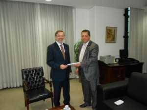 Deputado Rocha entrega ao Procurador-geral de Justiça de São Paulo, Márcio Rosa, representação contra o ex-presidente Lula (em abril de 2015)