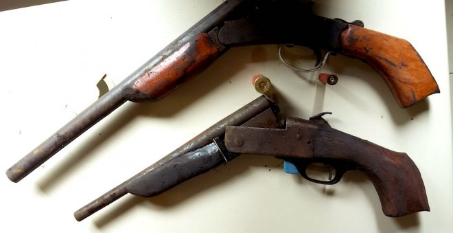 As duas escopetas estavam escondidas dentro de um matagal dentro de uma mochila.