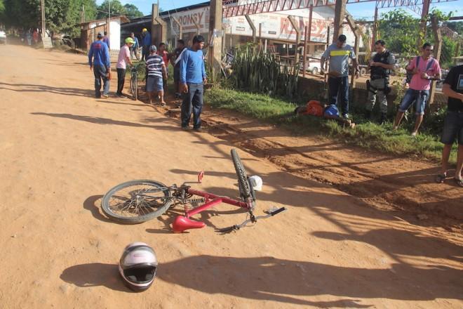 Acidente ocorreu quando ciclista invadiu a contramão indo se chocar contra a moto - Foto: Alexandre Lima