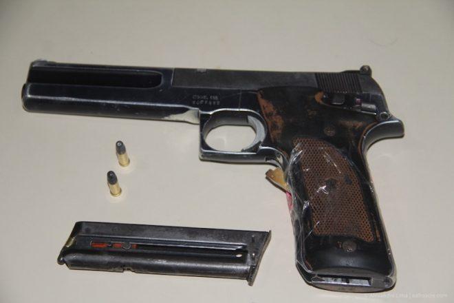 Pistola americana que estava na casa do acusado.