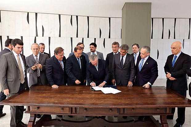 Michel Temer assina notificação de posse como presidente interino encaminhada pelo Senado