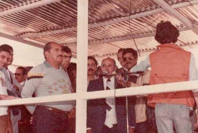 Durante solenidade, com políticos da época: Rui Lino, Mário Maia, Aluísio Bezerra, Edgar Fontes, além de convidados - Foto: arquivo familiar