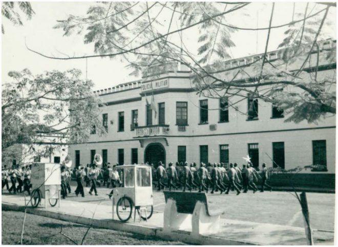 Tradição Militar: formatura em frente ao Quartel do Comando Geral na década de 1970 (Foto: Autor desconhecido/Arquivo IBGE).