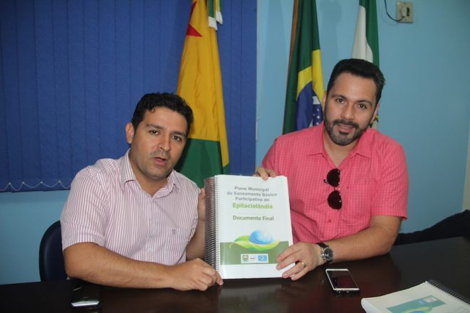 André Hassem com o deputado federal, Alan Rick, apresentando o projeto de saneamento básico que será implantado em Epitaciolândia - Foto: Alexandre Lima
