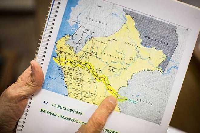 Empresário José Joaquím Torrico, 'pai da Bioceânica', mostra mapa do projeto