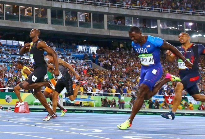 Bolt arranca no fim e bate no peito: vitória sobre Gatlin e o primeiro tri olímpico da história dos 100 (Foto: Agência Reuters)