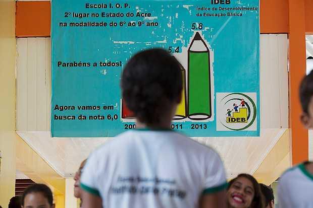 Cartaz fixado no pátio mostra desempenho no Ideb de escola no Acre