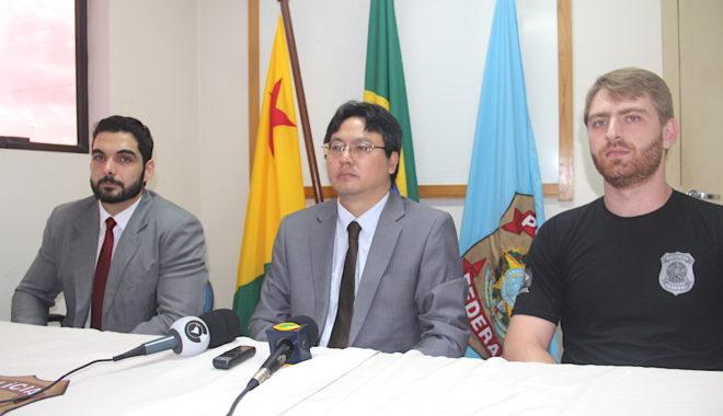 Delegado Feres (e), Superintendente no Acre, Chang Fan (c) e o agente operacional Douglas durante a coletiva - Foto: Alexandre Lima