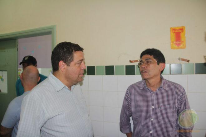 Deputado com o presidente do Sindimed/Ac, José Ribamar durante visita no hospital...