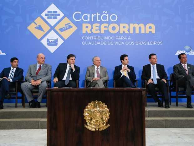 O presidente da República, Michel Temer (centro), durante lançamento do Cartão Reforma, no Palácio do Planalto (Foto: Beto Barata/PR)