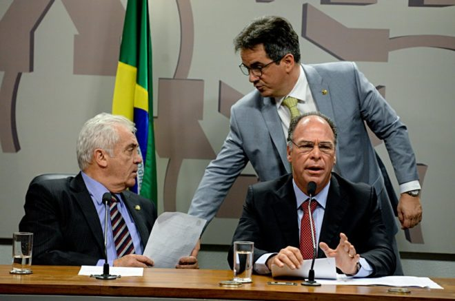 O presidente da CEDN, Otto Alencar, conversa com o autor da proposta, Ciro Nogueira, enquanto o relator, Fernando Bezerra Coelho, apresenta seu parecer
