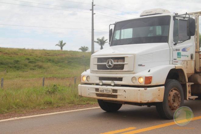 Caminhão fotografado na BR 317, momento após ser liberado da PF e Receita Federal - Foto: Alexandre Lima