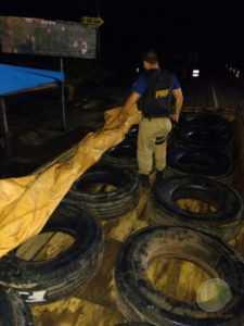 Momento em que agentes da PRF encontram os pneus debaixo da lona na carroceria do caminhão do DEPASA - Foto/divulgação-PRF