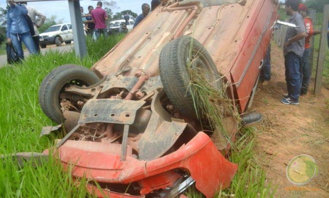 Carro ficou de rodas para cima após atropelar duas pessoas - Foto: Cedida