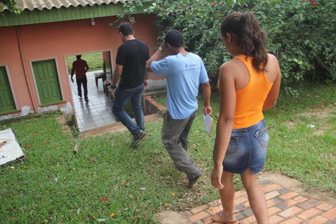 Durante a chegada da jovem com o irmão para ser atendida por uma psicóloga - Foto: Alexandre Lima