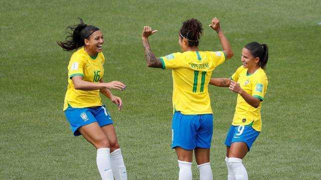 Camisa 11 do Brasil decide na estreia (Foto: Reuters)