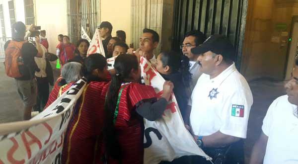 Desplazados triquis intentan ingresar por la fuerza a la 'Casa del Pueblo'