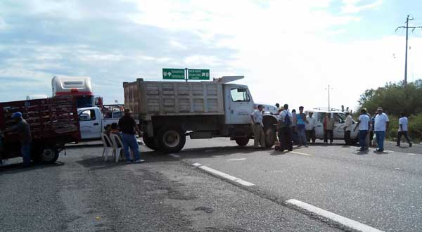 Bloquean comuneros la carretera Tehuantepec-Oaxaca, exigen que Pemex cumpla