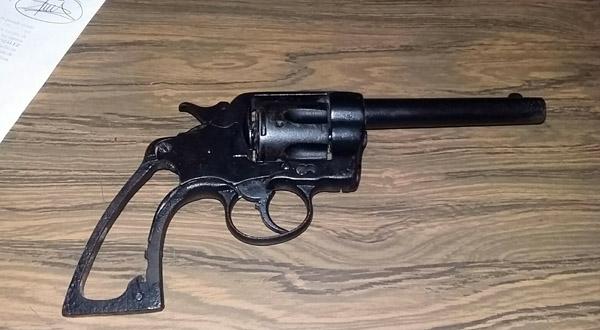 Se paseaba con potente pistola en pleno centro de Salina Cruz