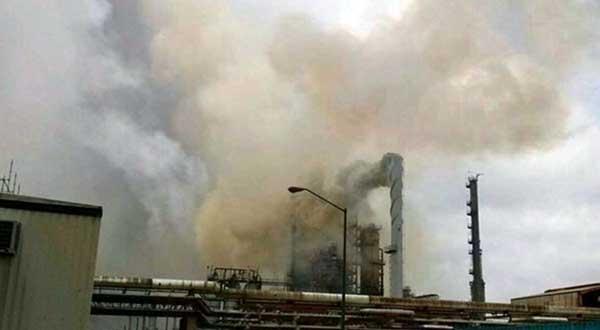 Desmantelan Torre siniestrada de la planta de Alquilación en Pemex.