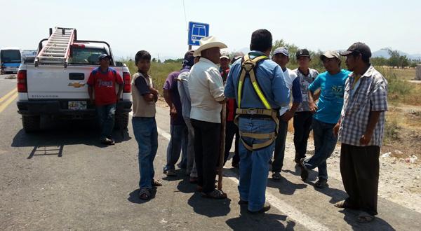 Pobladores retienen a empleados y camioneta de la CFE