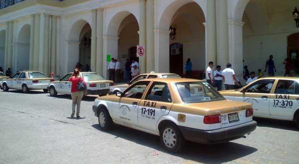 Piden taxistas ser reubicados en la zona Centro