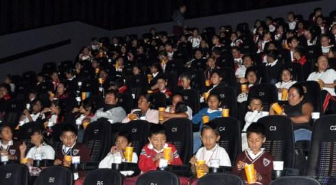 Apoyo Comunitario de Oaxaca lleva al cine a niños