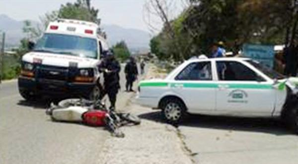 Chocan motociclista y taxista: un lesionado