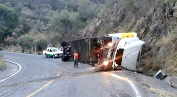 Vuelca tractocamión de Coppel en la carretera Huajuapan-Oaxaca
