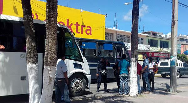Conflicto entre urbaneros y taxistas por invasión de ruta