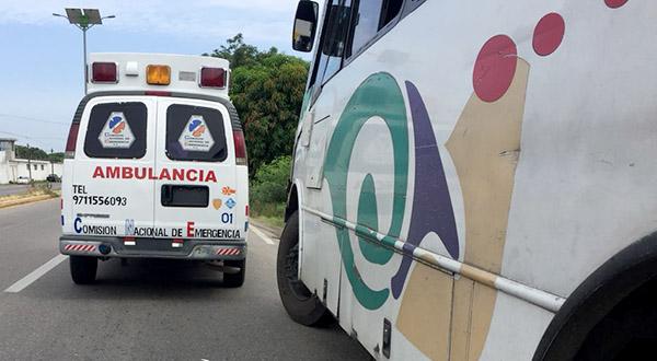 Choque entre taxi y autobús deja lesionados