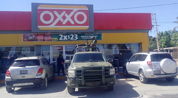 Ladrón amarra a empleados de Oxxo para robar