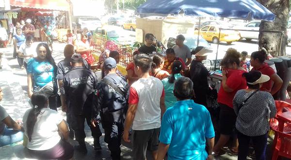 Retiran a vendedores que ocupan la vía pública sin permiso