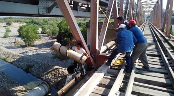 Dan mantenimiento a fuga de agua en Tehuantepec
