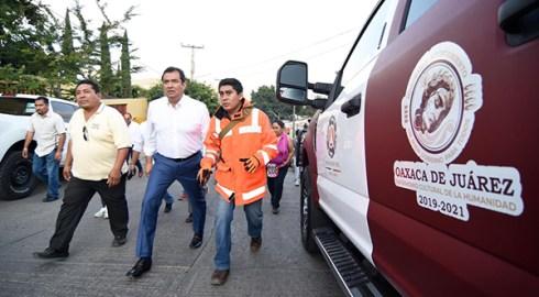 Recorre Oswaldo García zona de explosión en San Martín Mexicapam